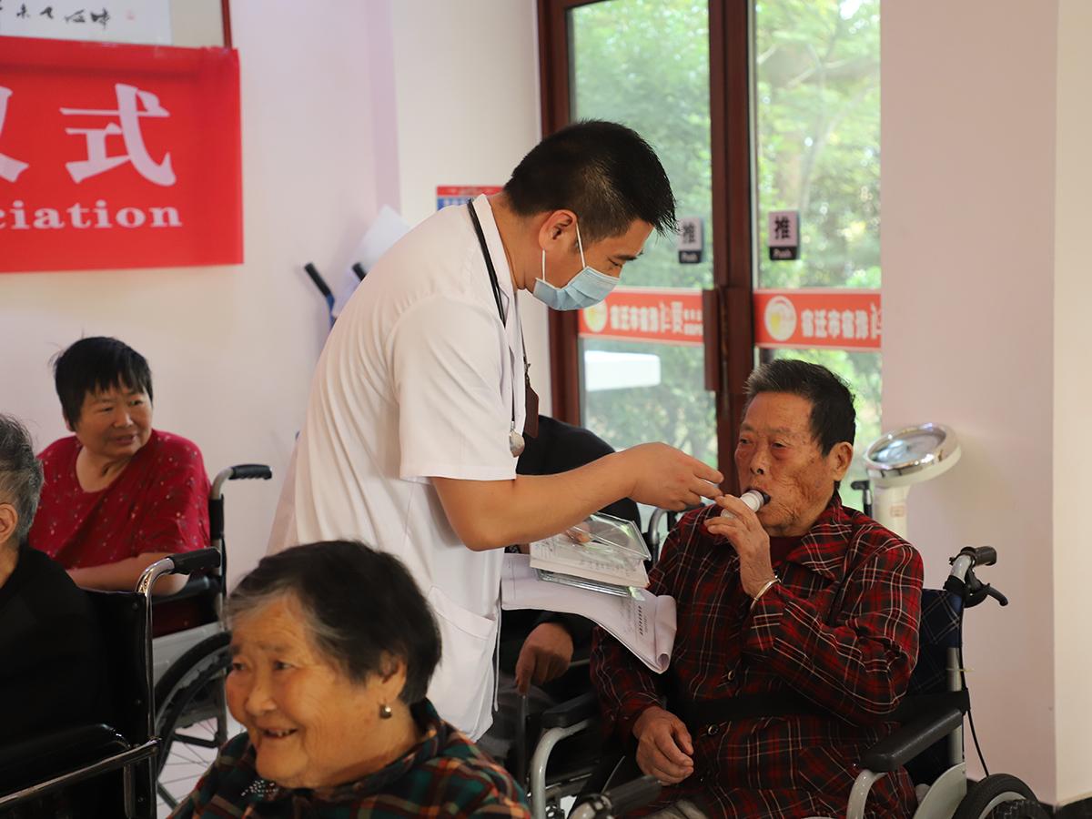 Réception du matériel médical offert par la SSC - Suqian